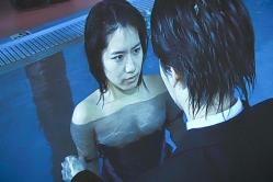 ユキテル、プールの中でレナの競泳水着を下ろす