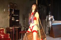 三角木馬の拷問シーンに苦痛の顔の吉住