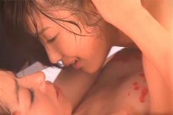 木嶋と顔を見合わせて乳首をロウソクで隠している吉住はるな