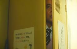 ロッカーに隠れる村田