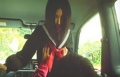 制服の上から幸子の胸を揉む福田