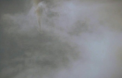 雲の切れ間から黒煙を上げる大和が見える