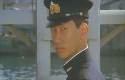 降り返る小田切中尉