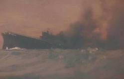 黒煙を上げて海に沈んでいく瑞鶴