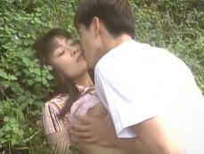 早苗のブラを上げてキスする雅彦