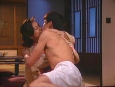裸になった雅彦、百合花にキス