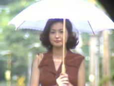 日傘を差している百合花