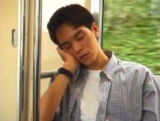 故郷に帰る特急電車でうたた寝している雅彦