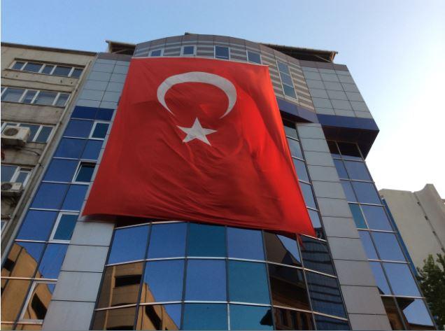 トルコ戦勝記念日の国旗街中