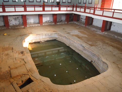 未だに噴出する華清地の温泉