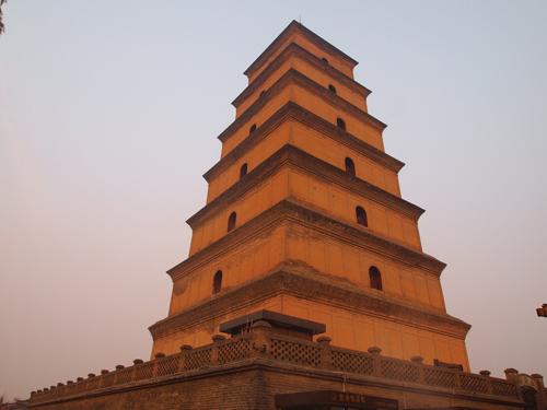 夕日を受けて琥珀色に輝く大雁塔