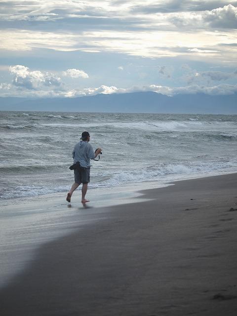 海辺を歩く男性