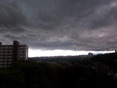 たちこめる暗雲