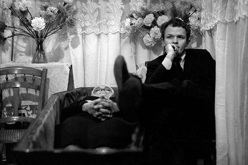 マルコ・ベロッキオ 『ポケットの中の握り拳』 アレッサンドロは母親の棺桶に足を乗せている。