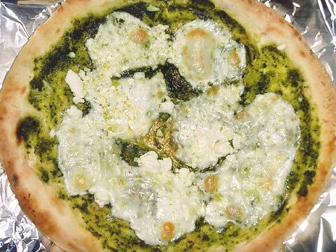 ピザレボの「モッツァレラとリコッタのバジルソース」 焼いた後