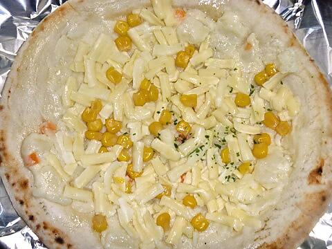 ピザレボの「たっぷりコーンとポテトのピザ」 焼く前