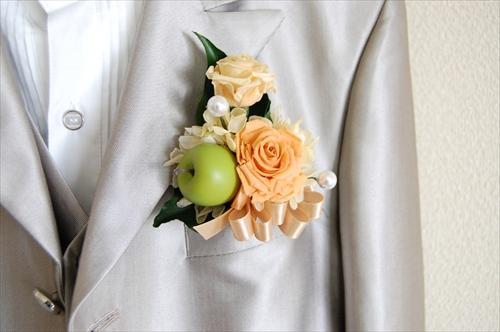 【ブーケ】オレンジ色のバラと青リンゴのブートニア