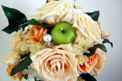 【ブーケ】オレンジ色のバラと青リンゴのブーケアップ