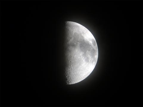 上弦の月(撮影:α6000 + Kenko ミラーレンズ 400mm F8)
