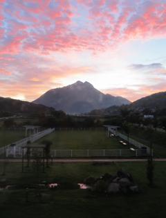 朝の由布岳
