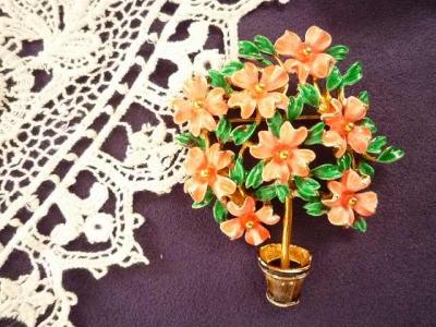 赤緑花のブローチ1