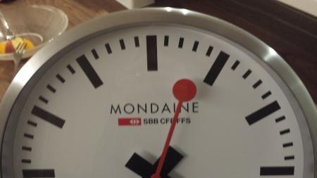 モンディーン壁掛時計16cmの上部です。赤い秒針が特長的インパクトが有ります。