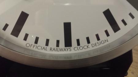 下部です。オフィシャルレールウェイクロックデザインと書かれていrます駅で使用の意味でしょう