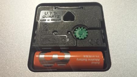 ウォール クロック A990.CLOCK.16SBBの電池パック部分です。時刻を合わせるダイヤルがグリーン