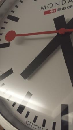 Mondaineの時計はゴシック系でモダンですがインパクトがあります。