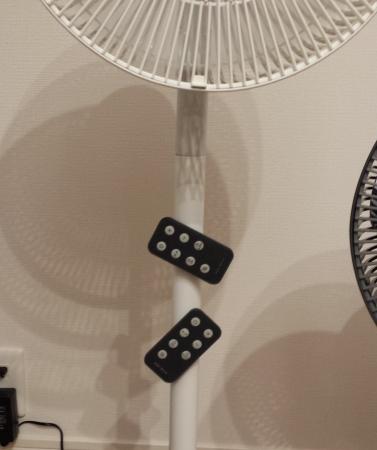 扇風機のリモコンはマグネット式でポールに付けることが可能で便利