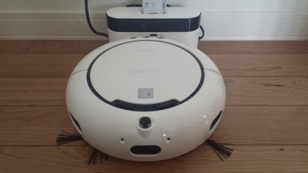 シャープのロボット掃除機ココロボちゃん充電中