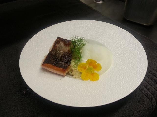 Filet de saumon sauvage cuit à lunilatérale, risotto crémeux aux citrons jaunes, émulsion thym citron