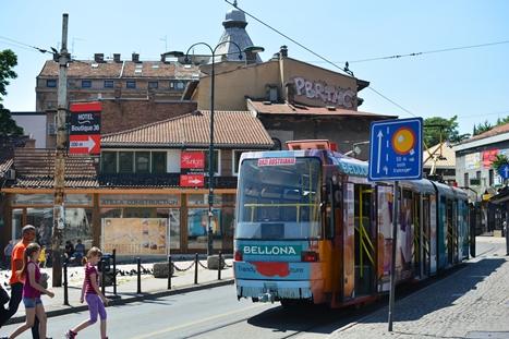 旧市街を走る路面電車