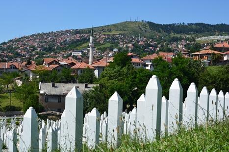 サラエボの墓地と赤い屋根の家並み