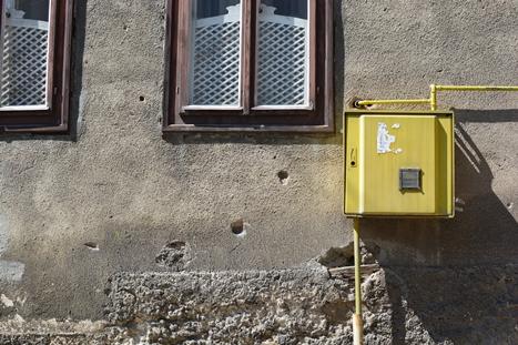 銃痕の残る家屋の壁