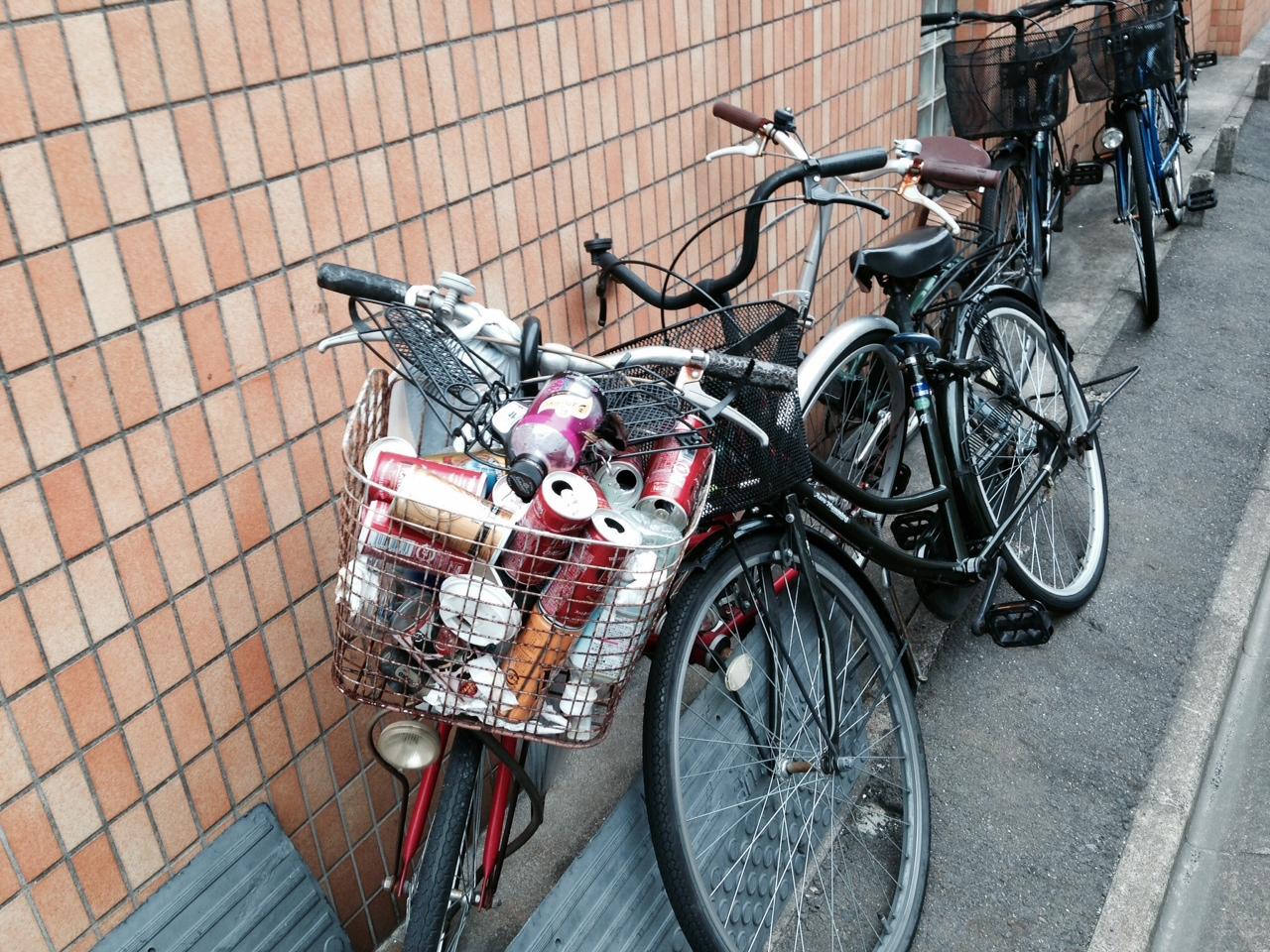 自転車のかごにごみ