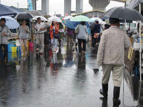 台風11号の中、八戸朝市