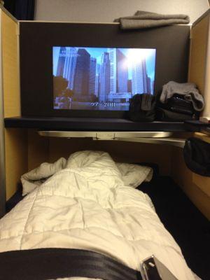ANAファーストクラス ベッドで休みます