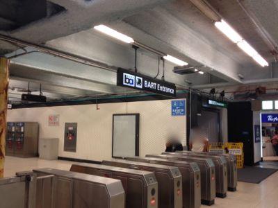 POWELL駅の改札