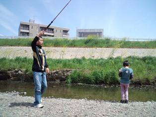 釣りを楽しむ兄弟