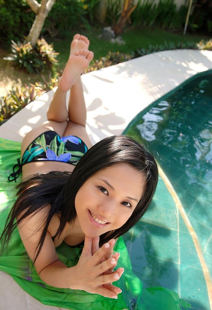 暑いので納涼。水着とプールと綺麗なお姉さん