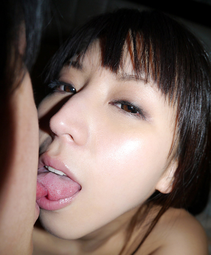 美少女と、舌と舌で感じ合う、濡れる接吻