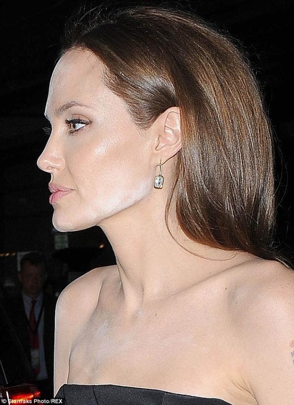 angelina-jolie-makeup-mulfunction-07.jpg