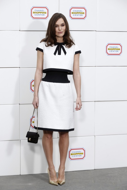 keira-knightley-reveals-her-tiny-waist-at-chanel-fashion-show-05.jpg