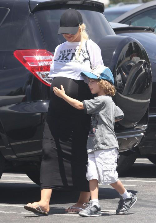 pregnant-christina-aguilera-flaunts-her-large-baby-bump-02.jpg