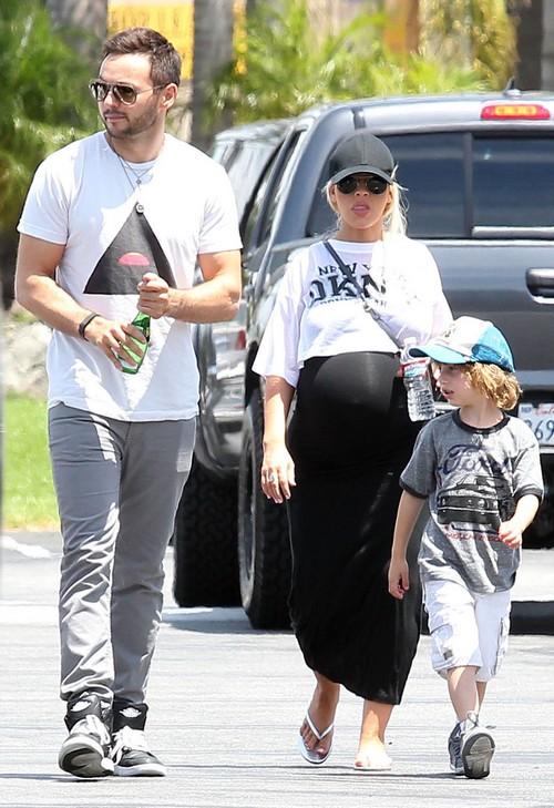 pregnant-christina-aguilera-reveals-large-baby-bump-05_20140715234856dec.jpg