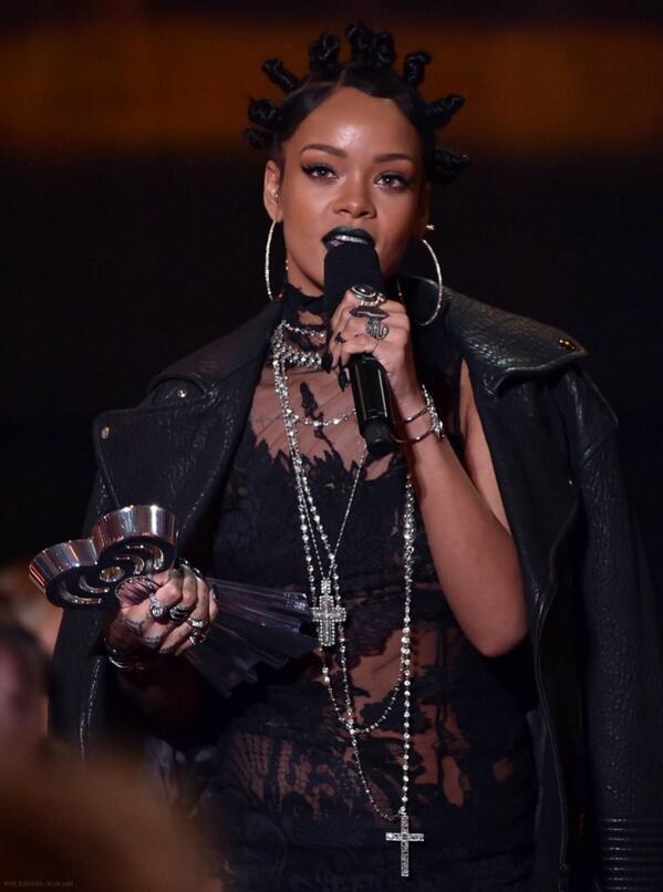 rihanna-iheartradio-music-awards-2014-09.jpg