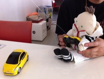 車のおもちゃで遊ぶbu