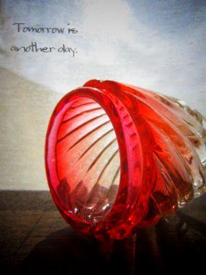 赤いガラスに魅せられて 上部