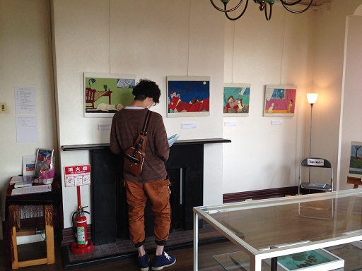ラインの館絵本を読む若者